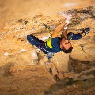 Carlos Logroño escalando con el arnés Rocket de Singing Rock