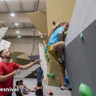Geila Macia escalando en Indoorwall Torrejón de Ardoz.