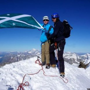 Jules Molyneaux y su padre Chris en la cima del Mattherhorn.