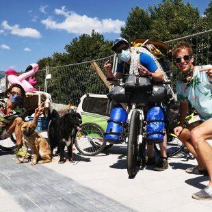 Nico Favresse, Sébastian Berthe, Damien Largeron, el flamenco rosa, bicicletas y dos perros en su tour alpino 2020.