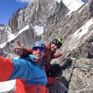 Ruben y Bru en la cima de la Aiguille Guillermina, durante su escalada de la Super Integral del Peuterey