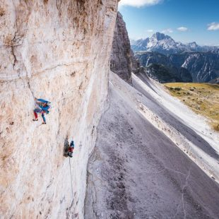 Alessandro Baù, Claudio Migliorini y Nicola Tondini en el L3 de 'Space vertigo' en la Cima Ovest de Lavaredo.