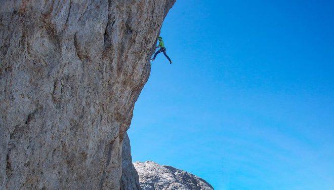 Alessandro Zeni en 'Cani morti plus' (200 m, 8c) en el Campanile Basso di Lastei (Dolomitas).