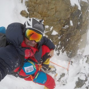 Sergi Mingote, descendiendo por la chimenea House del K2 (julio 2018).