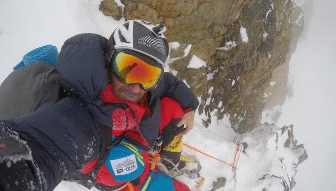 Sergi Mingote, descendiendo por la chimenea House del K2 (julio 2018).