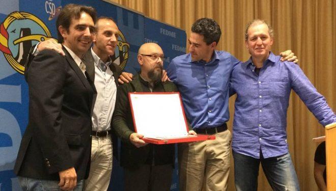 Manolo Taibo recibiendo el premio de seguridad de la FEDME 2016