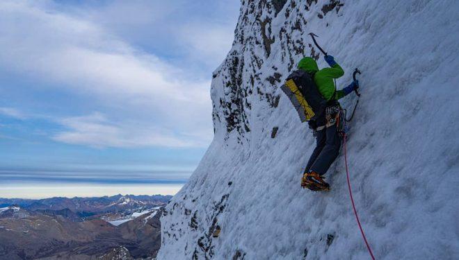 Uisdean Hawthorn y Ethan Berman en 'Running in the shadows' a la Emperor Face del Mt. Robson.
