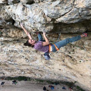 Iziar Martinez en 'MotivAccción' 8C de la Cueva del Arenal.