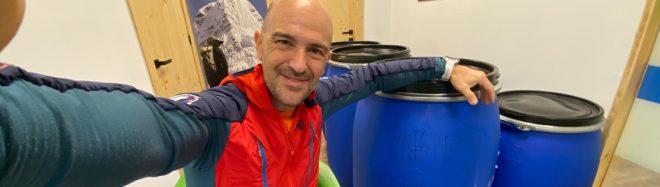 Sergi Mingote, en ONAT Foundation, junto a los bidones con los 300 kg de material solidario con destino a Pakistán.