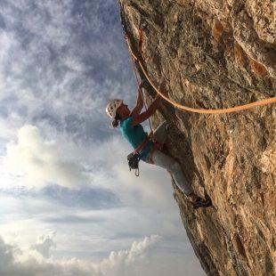 Aleksandra Taistra en 'Mezzogiorno di fuoco' (270 m, 8b) en Cerdeña.