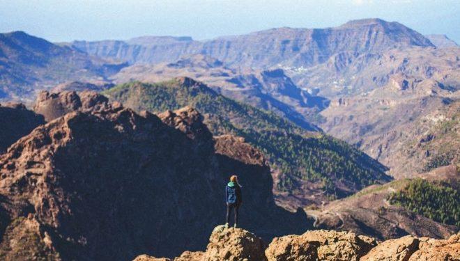 Trekking en las alturas con el Roque Nublo de fondo