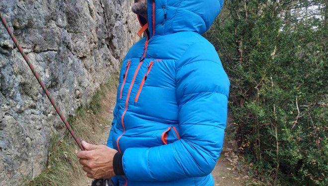 Íñigo Ayllón asegurando, probando la chaqueta Turbulence 850 de OS2O. de material por Íñigo Ayllón.2