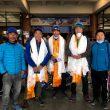 Mingma Gyalje Sherpa y su equipo del K2 invernal, en el aeropuerto.