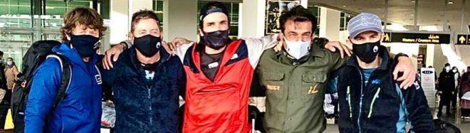 Noel Hanna, Carlos Garranzo, Juan pablo Mohr, Mattia Conte y Sergi Mingote, a su llegada al aeropuerto de Islamabad.
