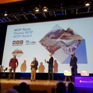 Pedro Ibarra y Alberto Iñurrategui recogen, en nombre de la fundación Baltistan Fundazioa, el premio WOP 2020 de Mikel Renteria en el Mendi Film 2020.