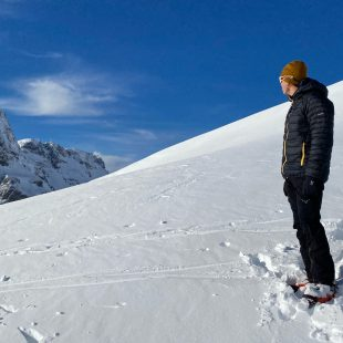 Javi Bueno frente al Anayet, probando la chaqueta V series Mimic Hood de Haglöfs