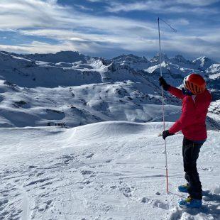 Rocío Hurtado probando el Avalanche rescue set 3+ de Ortovox
