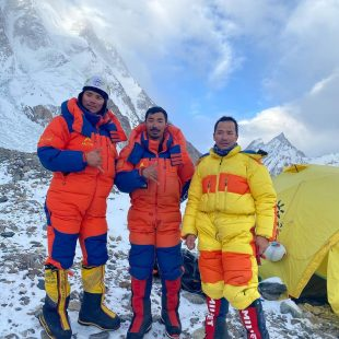 Pasang Nurbu Sherpa, Lhakpa Temba Sherpa y Sona Sherpa, en el CB del K2 invernal.