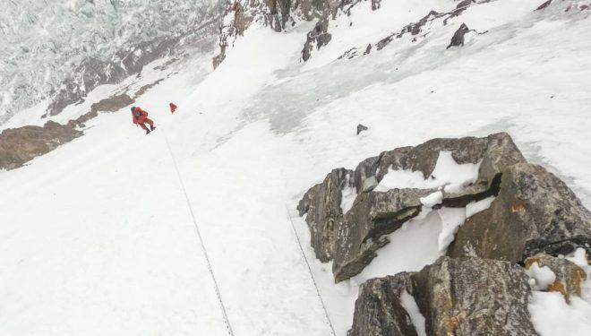 Camino del C1 en el K2 invernal.