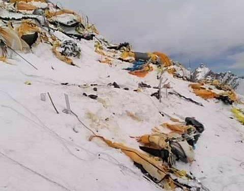 C2 del K2 invernal destrozado por el viento.