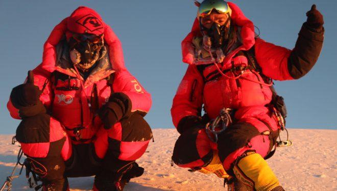 Mingma G y Kili Pemba Sherpa, en la cima del K2 invernal.