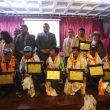Los nepalíes de la primera invernal al K2 reciben un diploma en Katmandú.