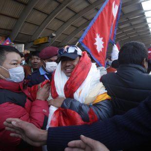 Los nepalíes de la primera invernal al K2 a su llegada a Katmandú.