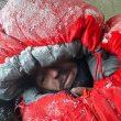 Juan Pablo Mohr en su saco en el K2 invernal.