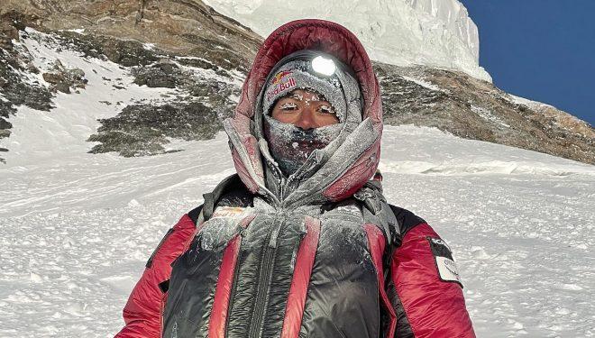 Nirmal Purja durante la ascensión al K2 invernal que realizó sin oxígeno con otros 9 alpinistas nepalies el 16 enero 2021.