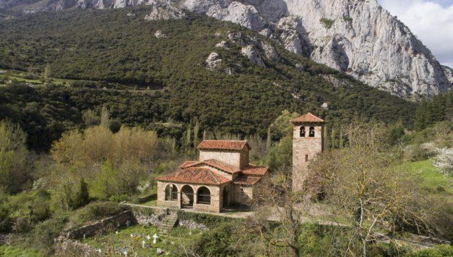 Sata María de Lebeña, uno de los hitos monumentales del Camino Lebaniego.