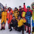 Foto de grupo de alpinistas internacionales en el K2 invernal.