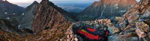 Bien equipados para disfrutar de un vivac en los montes Tatra, Eslovaquia.