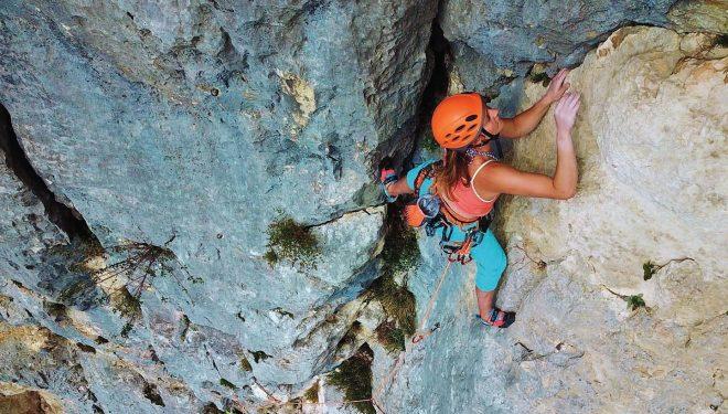 Cordada escalando en la zona francesa de Rochebrune, con versátiles arneses de Beal.