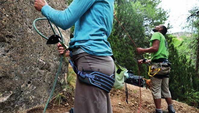 Asegurando en deportiva con un versátil arnés de Edelrid (con perneras anchas y regulables)