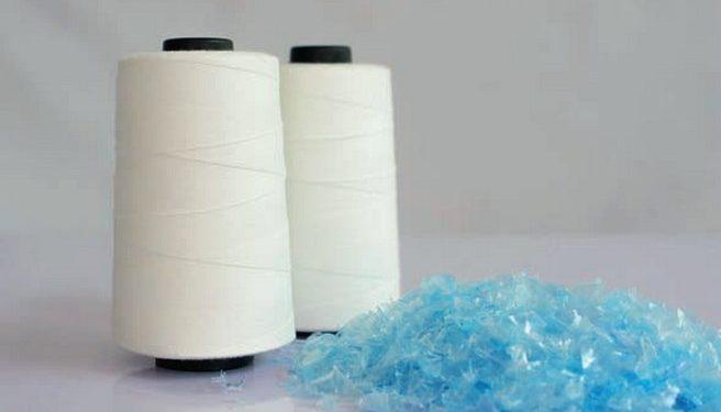 Hilo producido del reciclado de botellas de plástico