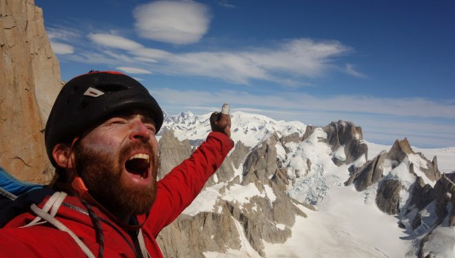 Sean Villanueva en la cima de la Aguja Guillaumet durante 'The Moonwalk traverse' al Fitz Roy.