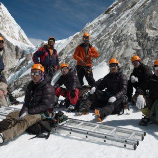 Un grupo de doctores de la Cascada del Everest de años anteriores.