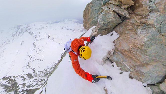 Hervé Barmasse durante la escalada en solitario de la vía De Amicis al Cervino (3 marzo 2021).