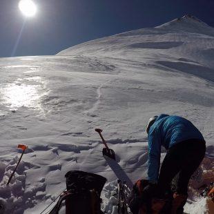 Horia Colibasanu, Peter Hámor y Marius Gane han alcanzado ya los 6.800 metros en la arista noroeste del Dhaulagiri.