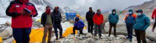 Reunión sobre medidas Covid en el CB del Everest entre médicos y responsables de las expediciones.