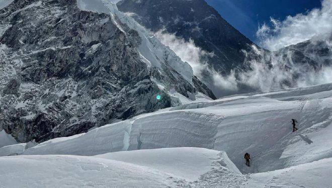 Nirmal Purja y su equipo, ascendiendo el Everest.