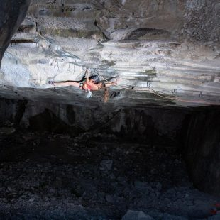 Eva Hammelmüller en 'Underground' 8c`+/9a de Arco.