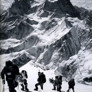 Edición ilustrada por Jon Krakauer. Escaladores en el sección sureste del Everest el 10 de mayo de 1996
