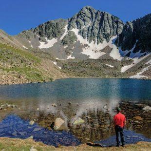Un excursionista contempla el Pic de l' Infern y el Estany Negre