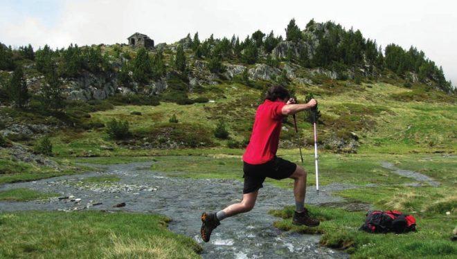 Más de una vez durante el trekking del Carlit será necesario dar saltos como este con tal de no mojarse los pies.