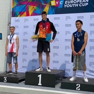Alejo Bernabé, en lo más alto del podio de la Copa de Europa de Escalada de Velocidad Juvenil 2021 de Bochum (Alemania).