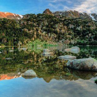 El Puipedrós se refleja en las aguas del lago Malniu