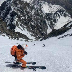 Descenso en esquís del pico vecino del Gasmush (Hindu Kush).