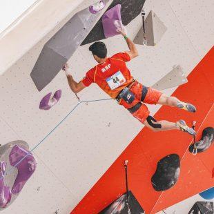 Alberto Ginés, en la Copa del Mundo de Escalada de Dificultad de Chamonix 2021.