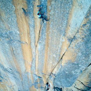 Seb Berthe en 'La promesse de l'aube' (200 m, 8c) en el Petit Clocher du Portalet.